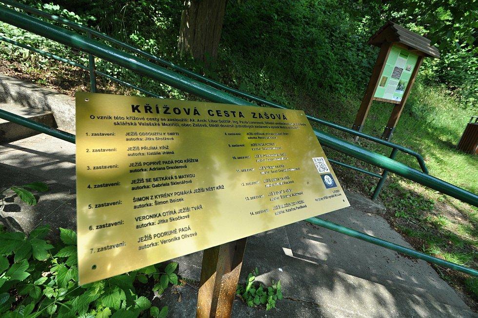 Zašová - vysvětlující tabulka ke křížové cestě, o jejíž vybudování v zahradě zašovského kláštera se zasloužil spolek Matice zašovská