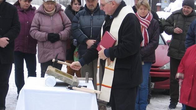 Základní kámen byl i vysvěcen.