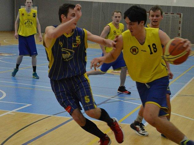 Debakl schytali brodští basketbalisté (ve žlutém) ve druhém víkendovém zápase proti Vysokému Mýtu, se kterým prohráli o dvacet čtyři bodů.