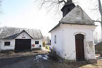 Zřejmě nejmenším místem, které se ve Švejkově místopisu objevuje, je Jedouchov, dnes místní část Věže. Starosta Věže Miloslav Miksa sdělil, že v této vesničce žije pouze jednačtyřicet obyvatel. Na návsi stojí kaplička z roku 1841 a požární zbrojnice.