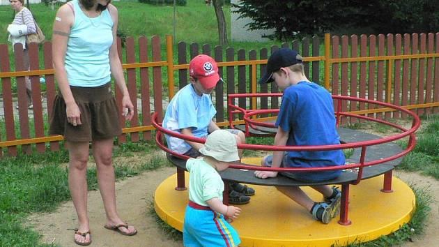 Nové dětské hřiště Na Bradle má velký úspěch hlavně u dětí. Další se chystá v Dolní ulici.