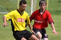 Střeleckou formu má chotěbořský Jan Kaplan (ve žlutém), který hattrickem pokořil brodského gólmana Koudelku.