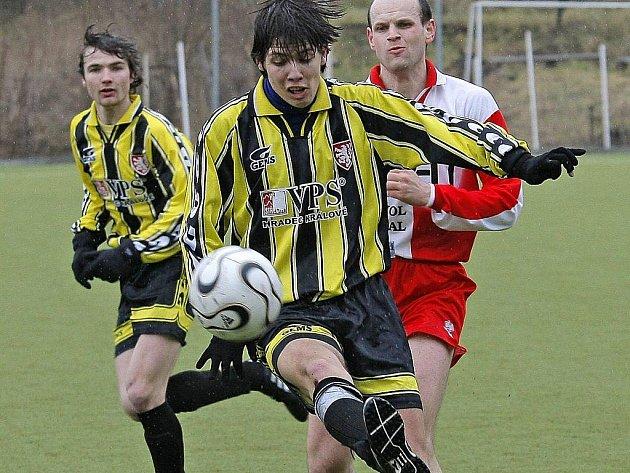 Chotěbořští fotbalisté (v pruhovaném) by v nadcházejícím ročníku I. A třídy ve skupině A rádi zaútočili na příčky na čele tabulky.