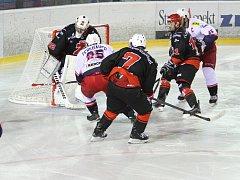 Dlouho byl zápas mezi Žďárem a Českými Budějovicemi vyrovnaný. Ve třetí třetině ale přišla branková smršť domácích, která rozhodla o výhře Plamenů.