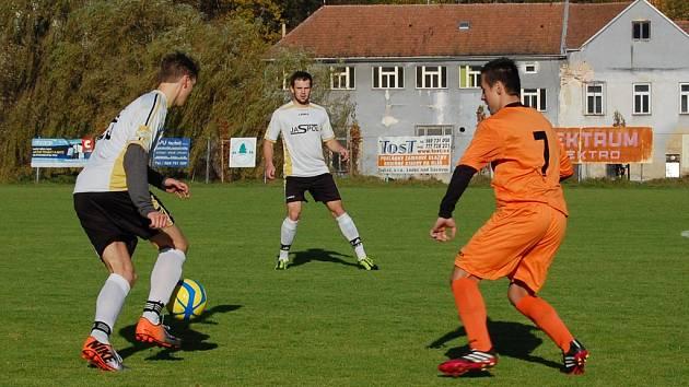 Slavit chtějí na konci sezony fotbalisté Ledče (v bílém), kteří bojují o návrat do I. A třídy. K dobru mají čtyři body.