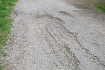 Provizorní oprava místní komunikace v Mírovce je podle místních lidí na samé hranici životnosti. Jsou přesvědčeni, že silnici mráz letošní zimy roztrhá.