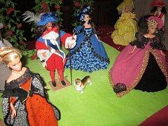 Panenky jako vystřižené zludvíkovského období. Oblíbená hračka najednou dostala zcela jiný rozměr.