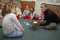 Čím je dítě mladší, tím snáz si osvojí cizí jazyk podobně jako mateřštinu. Přesvědčivě to dokazují zkušenosti mateřské školy Na Losích.