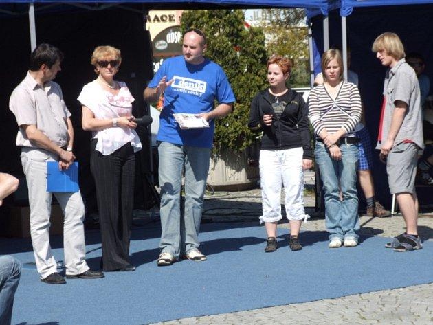 Radnice versus studenti. Jedním z horkých témat, která se včera na Havlíčkově náměstí řešila, byl i problém smrtící Masarykovy ulice. Proti starostce města vystoupili i autoři petice, studenti Střední zdravotnické školy v Havl.Brodě.