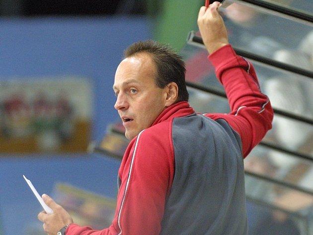 Nepovedená příprava. Trenérovi havlíčkobrodských hokejistů Petru Novákovi (na snímku) dělají vrásky na čele výkony některých hráčů.