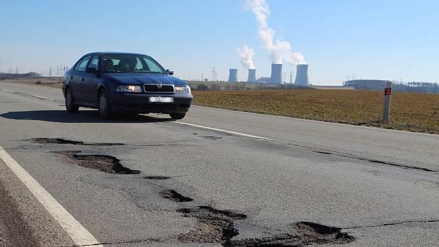 Hrotovice - Slavětice. V dezolátním stavu jsou po zimě některé silnice na Vysočině. Nezbytně potřebují opravy. Potvrdila to anketa Deníku Vysočina.