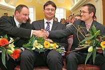 Novináři ze tří médií – novin, rozhlasu a televize – si podávají ruce. Zleva Luděk Navara (MF Dnes), Jiří Hošek (Český rozhlas – Radiožurnál) a Filip Černý (Česká televize, pořad Reportéři ČT).