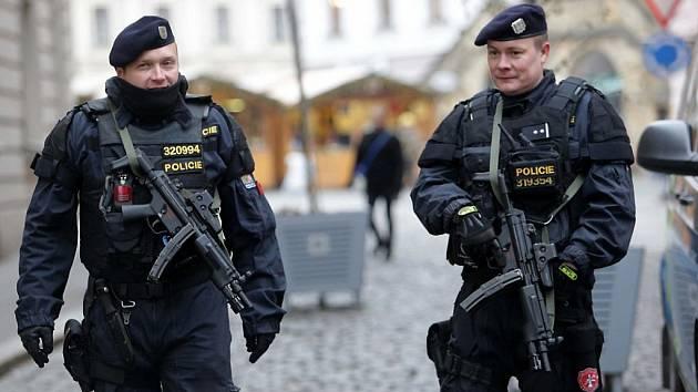Hlídkující policisté jsou vyzbrojeni dlouhými zbraněmi. Ilustrační foto.