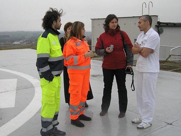 Zdravotničtí záchranáři z Itálie (vlevo) si v rámci návštěvy Havlíčkova Brodu  prohlédli místní nemocnici,  kde je provedl náměstek David Rezničenko (vpravo).