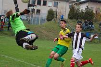 Jediný gól rozhodl zápas na Brodsku mezi Přibyslaví B a Kožlím (v pruhovaném), díky kterému zvítězili domácí.