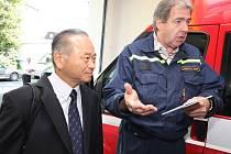 Rozdíl ve výšce českých a japonských hasičů ve zbrojnici v Přibyslavi byl včera markantní, ale diskusi to nepřekáželo. Vlevo předseda Japonské asociace profesionálních hasičů Toshifumi Akimoto, vpravo starosta sboru dobrovolných hasičů Josef Sobotka.