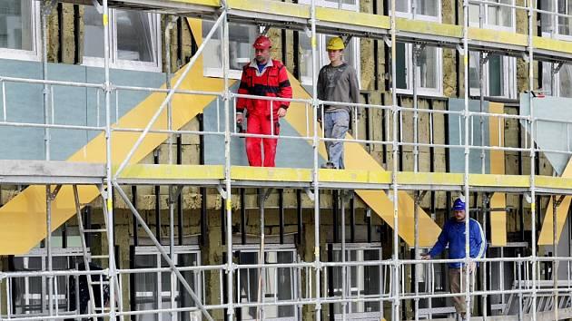 Stavby patří mezi místa, kde je skutečně velké riziko úrazu – hrozí zde třeba pád z lešení. Ilustrační foto.
