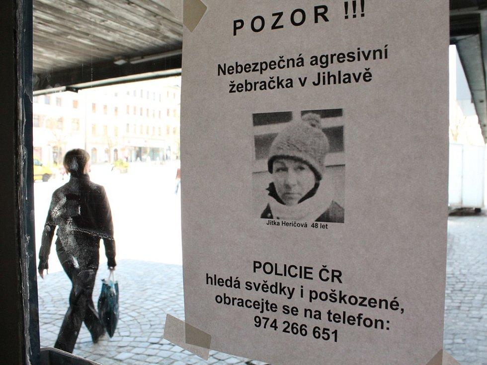 """Tento lístek s varováním před """"nebezpečnou agresivní žebračkou"""" visí na dveřích před vstupem do supermarketu v centru Jihlavy."""