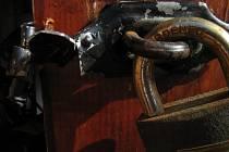 Značné škody. Zloději za sebou často nechávají velké majetkové újmy i tím, že poničí dveře či okna budov. Ilustrační foto: