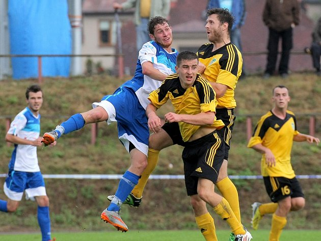Skvělou formu na domácím hřišti potvrdili fotbalisté ždíreckého Tatranu (ve žlutém), kteří porazili Humpolec 2:0.