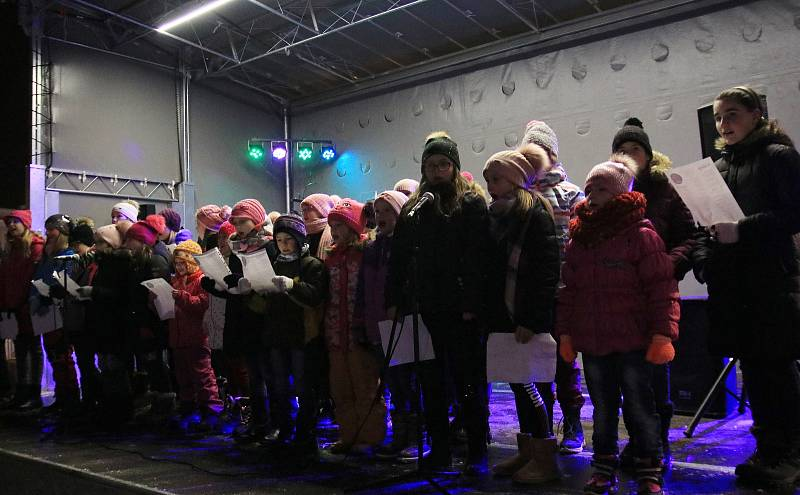 Na havlíčkobrodském Havlíčkově náměstí vystoupily děti ze sboru Oříšek a místní ZUŠ.