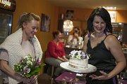 Od hostitelky Jany Fialové dostala Linda Rybová luxusní dort.