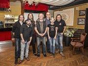 Hostitel Pavel Halama (třetí zprava) s celou kapelou 5P.