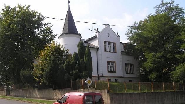 Ve vile Josefa a Barbory Smeykalových ve Žďáře nad Sázavou se dnes nachází sídlo pedagogicko–psychologické poradny.  Pamětní deska připomíná, že se jedná o nadační dům, který byl Okresní péči o mládež ve Městě Žďáře darován 29. dubna 1946.