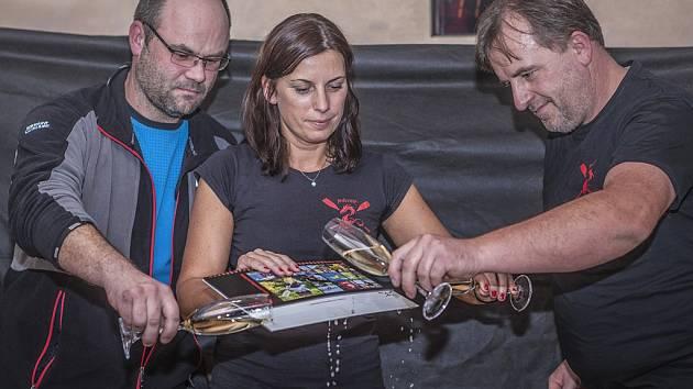 Kalendář pokřtili Šárka Dolínková, trenér Jiří Přiklopil (vpravo) a tatínek Klárky Vladislav Uchytil.