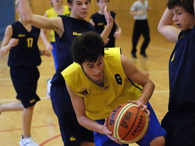 Ligoví žáci BC Vysočina (ve žlutém Jan Krajcigr) se domácí výhrou nad týmem Snakes Ostrava vydatně přiblížili vysněnému play off.