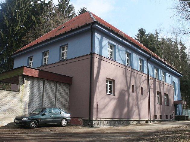 První poschodí opravené budovy slouží školicímu středisku. Další části se postupně promění v ubytovací a rehabilitační kapacity.
