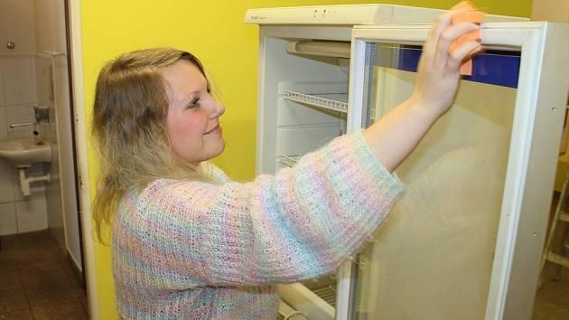 Úklid. Klienti Fokusu se do práce v novém občerstvení zapojili už nyní. Po malování je totiž třeba vše řádně uklidit a připravit na otevření.