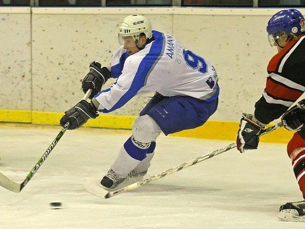 Hokejisté Světlé nad Sázavou (v bílém dresu jejich kapitán Jaroslav Žák) se na humpoleckém stadionu trápili, ale nakonec vydřeli cenné vítězství 6:4.