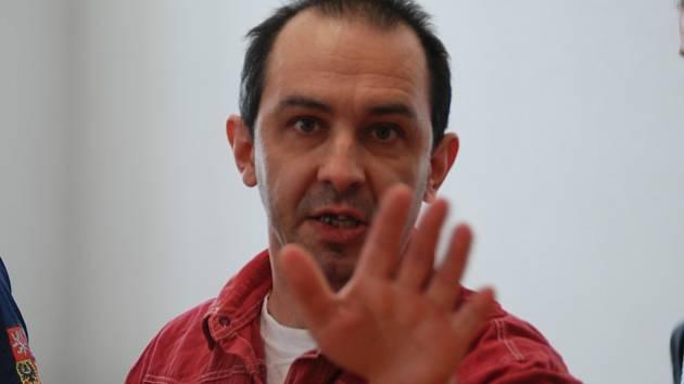 Za obtěžování nezletilých dívek a vyhrožování hrozí Vladimíru Pejchalovi až osm roků ve vězení. On sám se však cítí být politikem a proces považuje za zmanipulovaný.