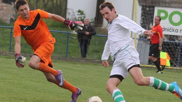 Jaroměřický útočník Jiří Rygl právě počtvrté překonává brodského gólmana Lukáše Kučírka a upravuje na konečných 0:4.