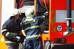 Profesionalní hasiči z Havlíčkova Brodu bojují s požárem suché trávy nedaleko rybníku Žabinec.