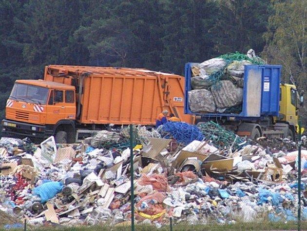 Skládky jako němí svědkové. Množství odpadů na skládkách roste téměř přímo úměrně růstu životní úrovně společnosti. Jediným řešením jak zamezit jejich dalšímu růstu je třídění odpadů. Na Vysočině v tom vyniká Žďár nad Sázavou.