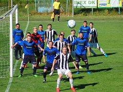 Další debakl. Fotbalisté Přibyslavi (v modrém) neodčinili výprask proti Ledči nad Sázavou (v pruhovaném) ze zimní přípravy. V mistrovském utkání inkasovali šest gólů.