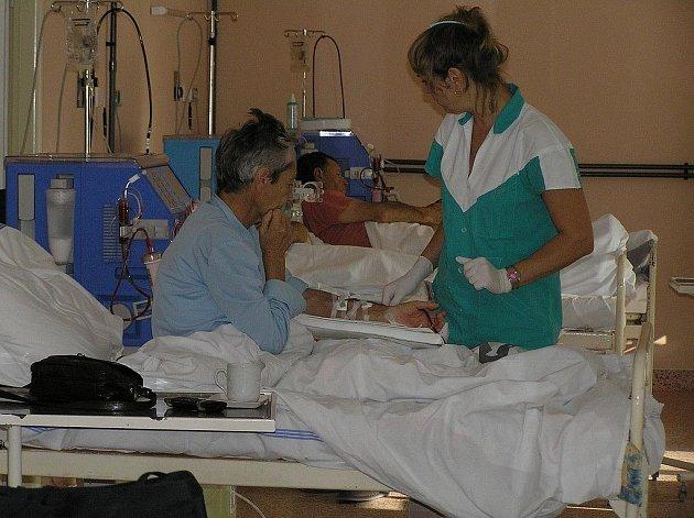 Cesty na dialýzu  jsou  nakonec pro některé z nich jedinou možností, jak přežít. Zdlouhavé cesty do dialyzačního střediska by  mohly odpadnout, pokud se pacient rozhodne používat dialýzu v domácím prostředí.