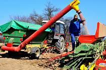 S jarním výsevem v závěru března začali zemědělci Zemědělské a. s. Lípa. Na patnáctihektarovém lánu nedaleko Petrkova putovala do půdy směs GPS. Na snímku traktorista Pavel Novotný plní ze zásobníku osivem širokozáběrový secí stroj.