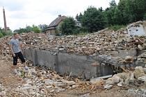 Trosky. Na místě bývalého špejcharu jsou dnes již jen trosky. Byť je ruina dobře ohraničena, vlézt se do ní dá.