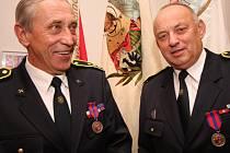 Zasloužilí hasiči si na přibyslavském zámku vzájemně poblahopřáli před historickými prapory. Vlevo starosta města Habry Jiří Rainiš, vpravo starosta městyse Štoky Zdeněk Novák.