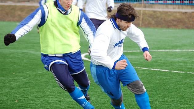 Fotbalisté Speřic a Světlé nad Sázavou (vpravo) využili volného termínu na humpoleckém hřišti s umělou trávou a zahráli si alespoň přátelsky.