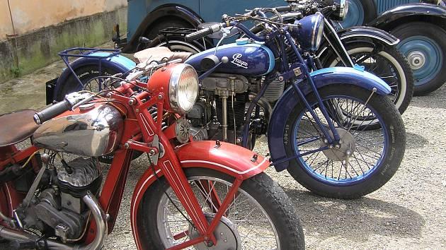 K tradici ˇUsobského kulturního léta patři výstava historických aut a motocyklů.