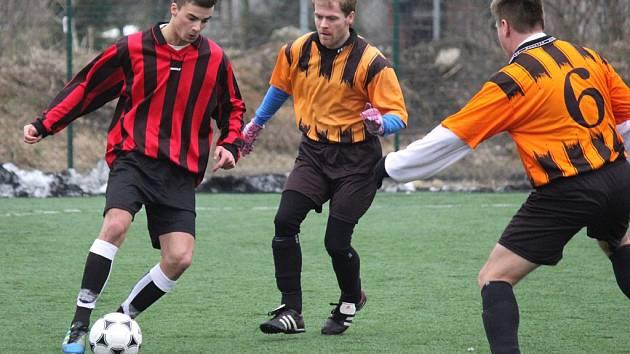 Facku. Tu dostali fotbalisté Mírovky (vlevo) od lipské rezervy, která vyhrála vysoko 5:0. Pokud facka padne na úrodnou půdu, tak je to v pořádku, říká trenér Petr Kuchta.