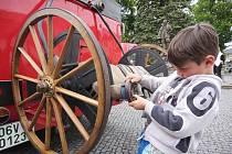 Historická hasičská technika láká malé i velké. Na snímku si chlapec prohlíží hadici navinutou na mistrovskou repliku loukoťového bubnu 76 let staré Pragy RN, která také projede litoměřickým náměstím.