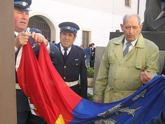 Vztyčením městské vlajky  za doprovodu hudby zahájily na nádvoří přibyslavského zámku svůj kongres tři desítky vexilologů z ČR a dalších zemí Evropské unie.