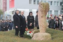 Představitelé Havlíčkova Brodu při pokládání květin.