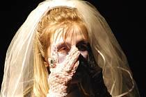Kouřimští amatérští divadelníci ze souboru Mrsťa Prsťa měli ve svém repertoáru například i hru Mrtvá nevěsta, z níž pochází i tento snímek.