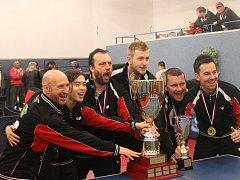 Oslavy si manažer Miroslav Jinek (třetí zleva) dokáže užít stejně jako zápasy. Takto slavil třetí titul na  El Niňu Praha.